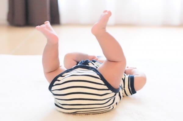 仰向けであそぶ赤ちゃんのおしり