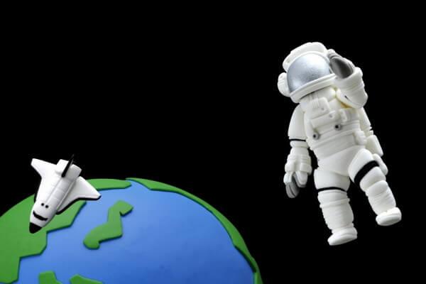 粘土でできた、宇宙遊泳する宇宙飛行士